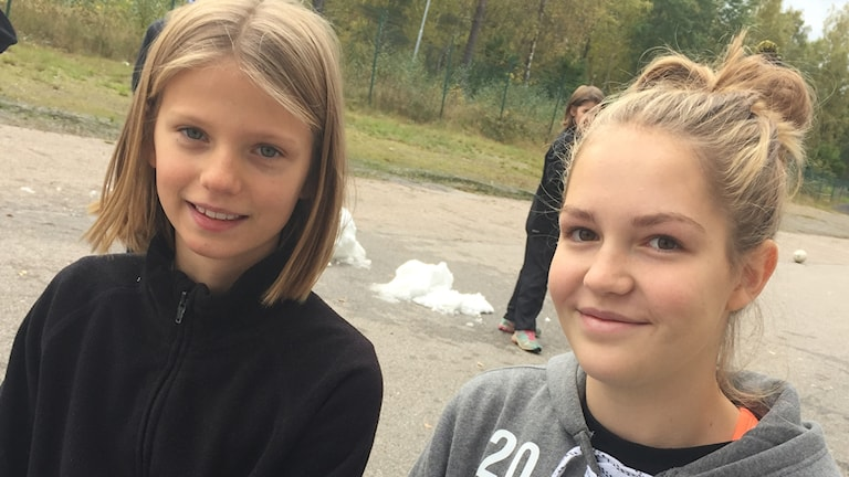 Linnea och Maja Svensson tittar in i kameran.