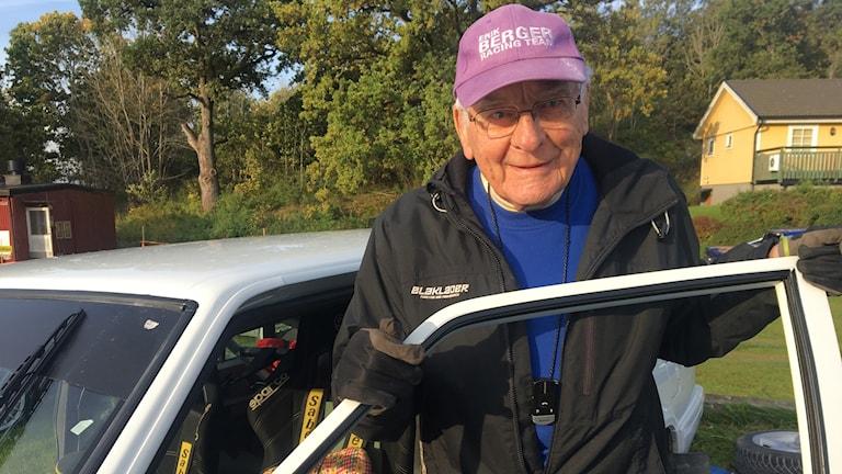 Bild på 92 år gamla racerföraren Erik Berger vid sin vita bil.