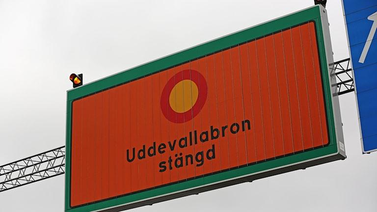 Informationsskylt om att Uddevallabron är stängd för trafik.