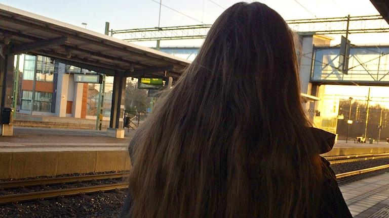 Ryggen av Julia, som lever som gömd flykting i Sverige