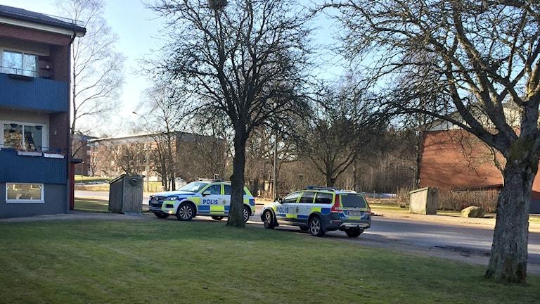 Två polisbilar vid Kronogården i Trollhättan