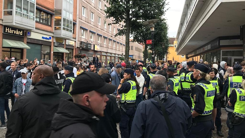 Poliser på drottninggatan i Uddevalla.