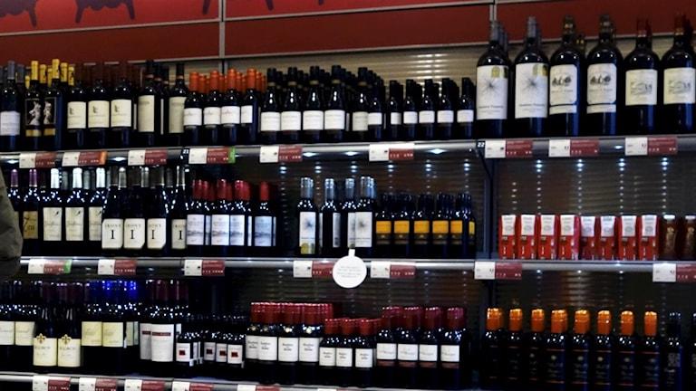Under januari köper allt färre alkohol på Systembolaget. Foto: Hasse Holmberg / TT