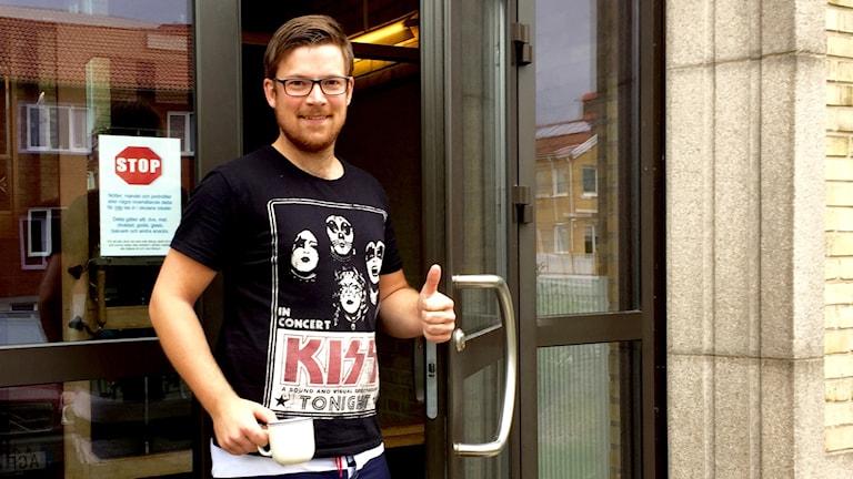 Henrik Bengtsson har på sig en t-shirt med kiss på. Foto: Jörgen Winkler /Sveriges Radio P4 Väst