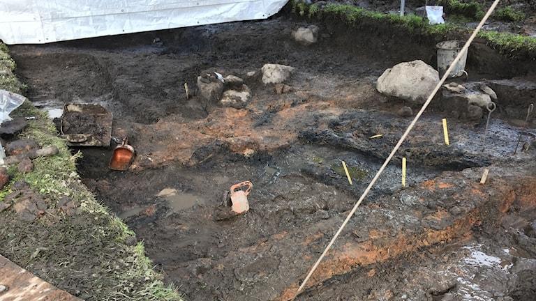 Bild på en lerig utgrävningsplats i Lödöse där man hoppas hitta en keramikugn.