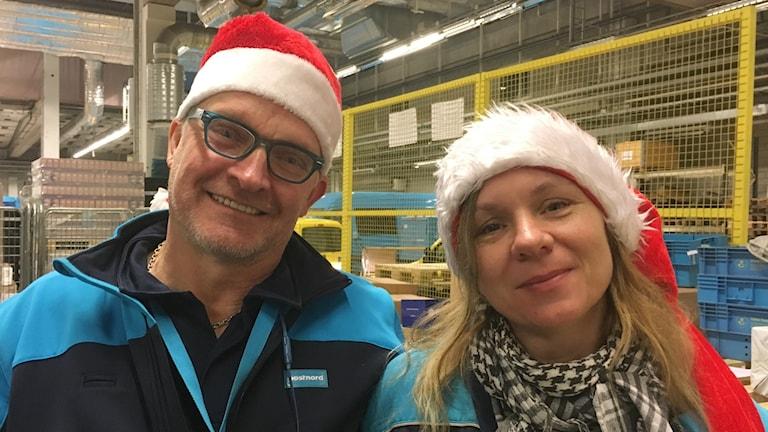 Peter Kaugesaar och Paula Lund på Postnord i Uddevalla har klätt upp sig inför julen med tomtemössor.
