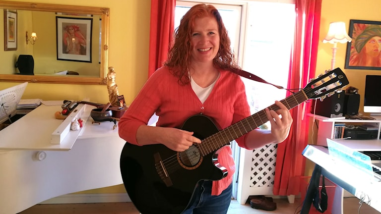 Kvinna med gitarr