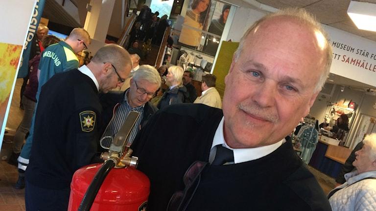 Bild på Mats Johansson och en brandsläckare.