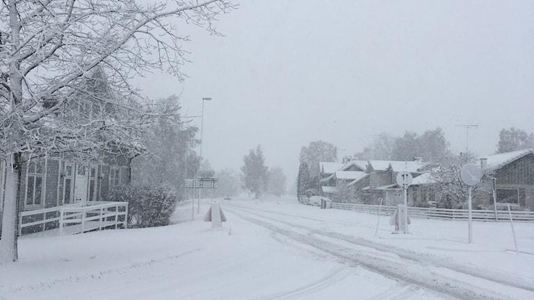en snöig bilväg