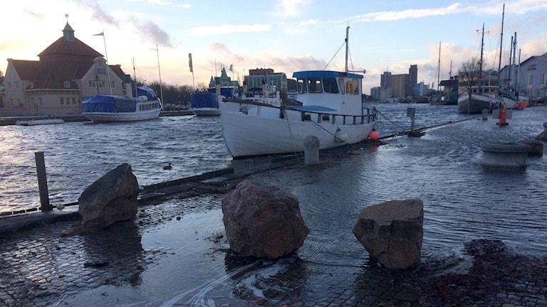 På måndagseftermiddagen steg vattnet markant i Bäveån. Foto: Peter Olsson/Sveriges Radio