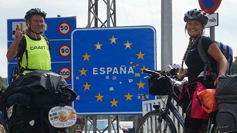 Rune och Cornelia Falck har nu nått Barcelona. På bilden passerar de Le Pertus, tröskeln till Spanien.