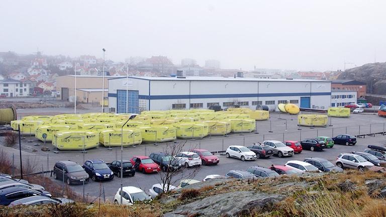 Framför den gråa och blåa industrianläggningen ligger ett trettiotal bojar som tillsammans med generatorer på sjöbottnen ska alstra elektricitet till elnätet.