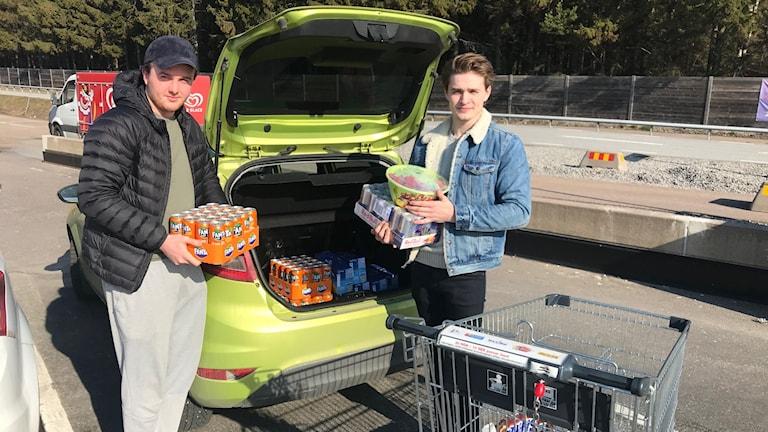 Sebastian Solheim och Niklas Gullbrandsen har åkt från Porsgrunn i tre timmar för att handla i Nordby i norra Bohuslän.