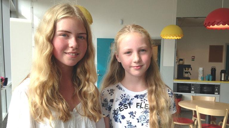 Emma och Elin Blomberg i den nyrenoverade Henåns skola. Foto: Charlott Holmåker