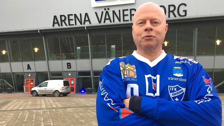 Ulf Adolfsson, IFK Vänersborgs klubbchef, utanför Arena Vänersborg.