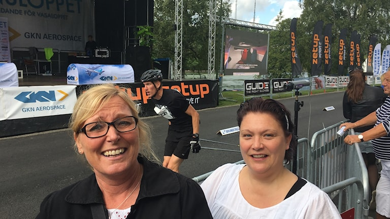 Porträtt av Nina Erlandsson och Anna Svensson från målområdet. I bakgrunden åker en rullskideåkare förbi.