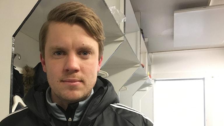 Vänersborgs tränare Henrik Fridolvsson ler efter matchen.