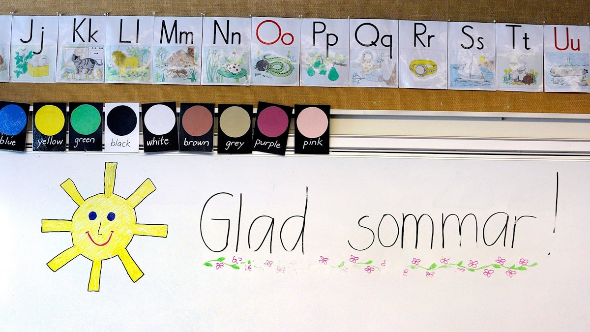 "En sol och texten ""Glad sommar"" på en whiteboard."