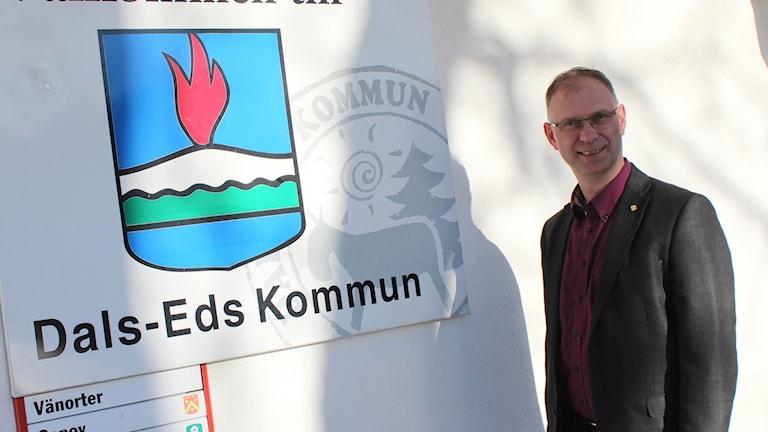 Kenneth Gustavsson står framför Dals-Eds kommuns stadshus