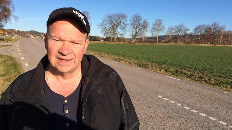Benny Johansson står vid vägen där olycka inträffade.