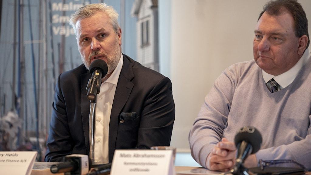Mats Abrahamsson , kommunalråd i Lysekil och Roy Höiås, vd för Lighthouse finance på presskonferens mars 2020