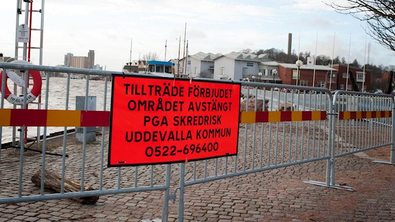 Skylt om avstängda kajer i Uddevalla på grund av skredsrisk. Foto: Julia Forsberg/Sveriges Radio