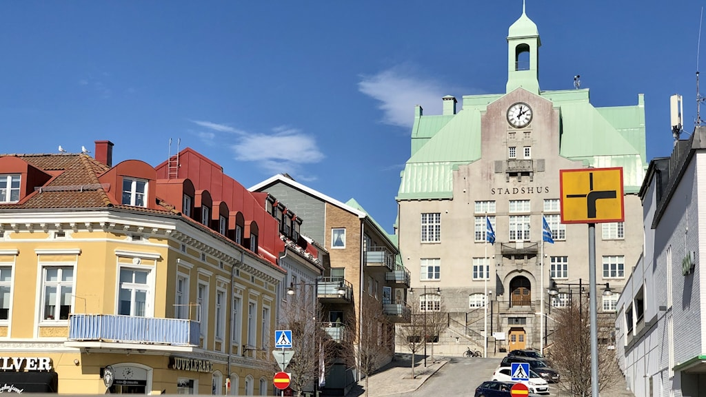 Strömstads anrika stadshus tittar fram. Eller rättare sagt, DOMINERAR stadsbilden. Den är så fin, pryds av en klocka på tornet. Grönt tak, grå fasad.