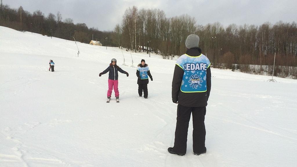 Undaomar och barn i slalombacke