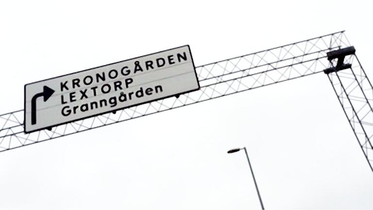 Vägskylt till Kronogården och Lextorp