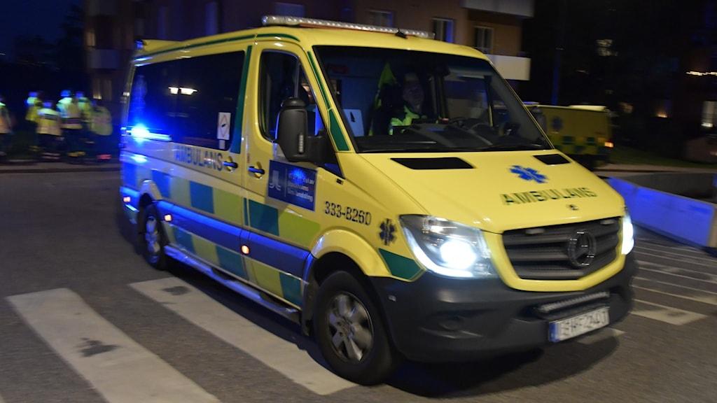 En ambulans som kör på en gata.