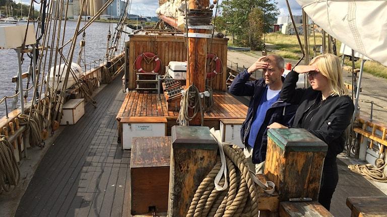 Thomas Wennerström och Nina Almqvist står på båten
