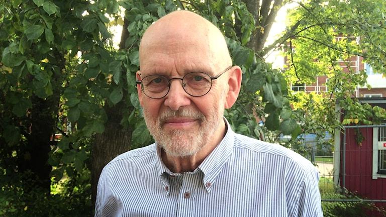 Porträtt av författaren och konstnären Jan Lööf framför en kastanj. Foto: Peter Olsson /Sveriges Radio P4 Väst