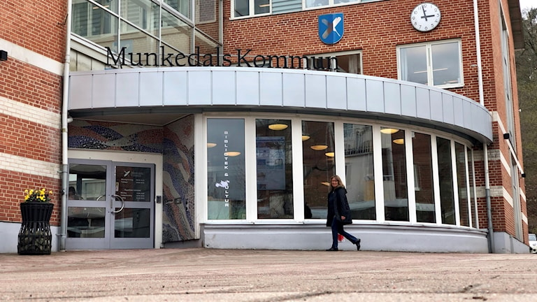 Munkedals kommun. Entrén - en glasfasad, omgiven av tegelsten.