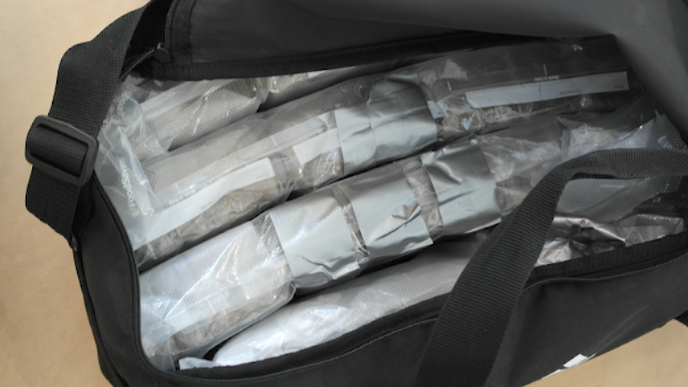Drogen hasch i en svart väska efter tullens beslag i Sandefjord