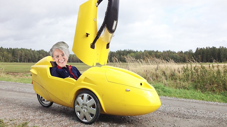 Bild på Therese McDonald i en gul bil.