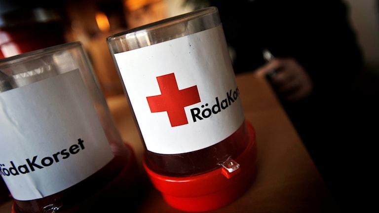 Röda Korsets insamlingsbössor.