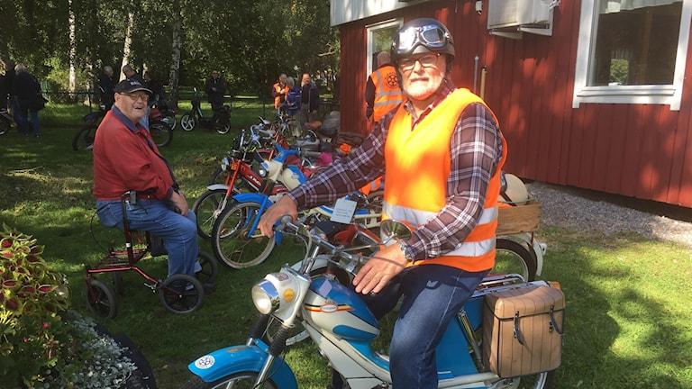 Bild på Lennart Wernersson på en moped.