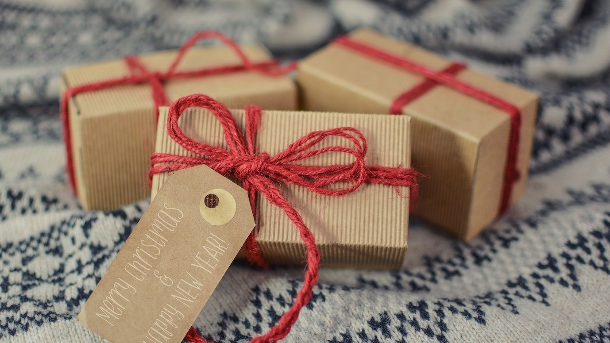 Julklappar brunt papper rött snöre