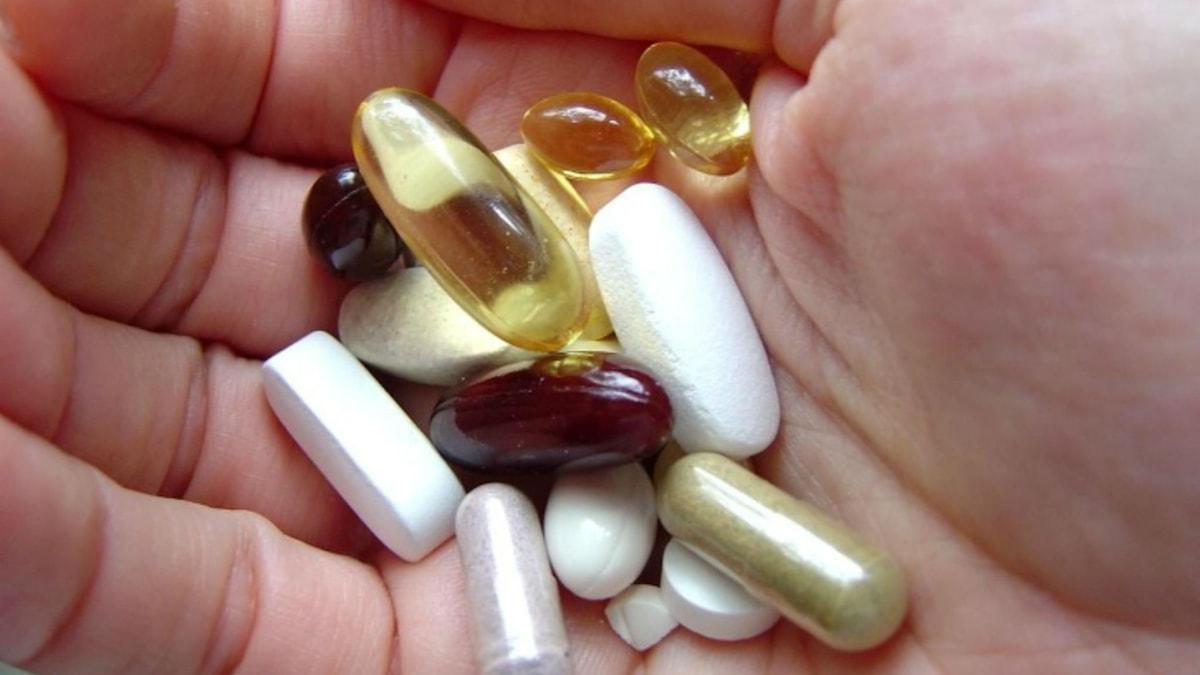 En handflata full av olika sorters piller