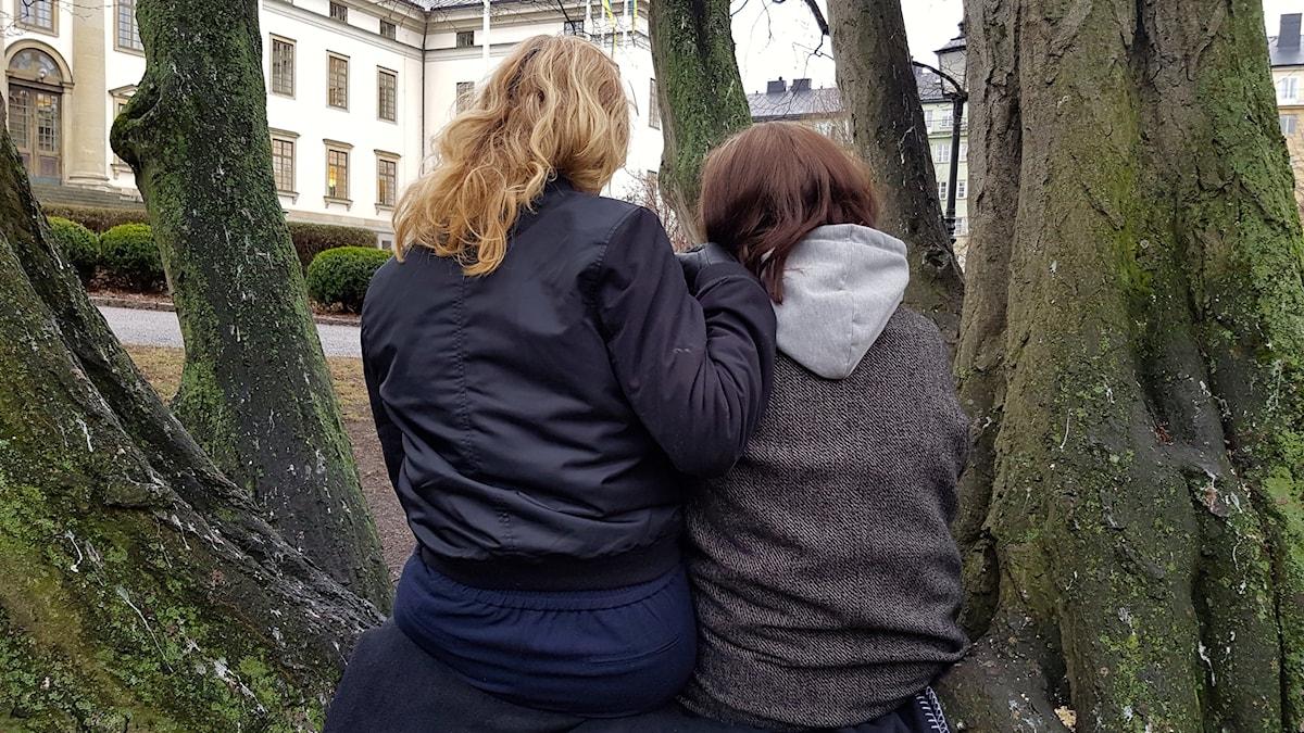 Systrarna Anna och Eva turades om att passa sin mamma.
