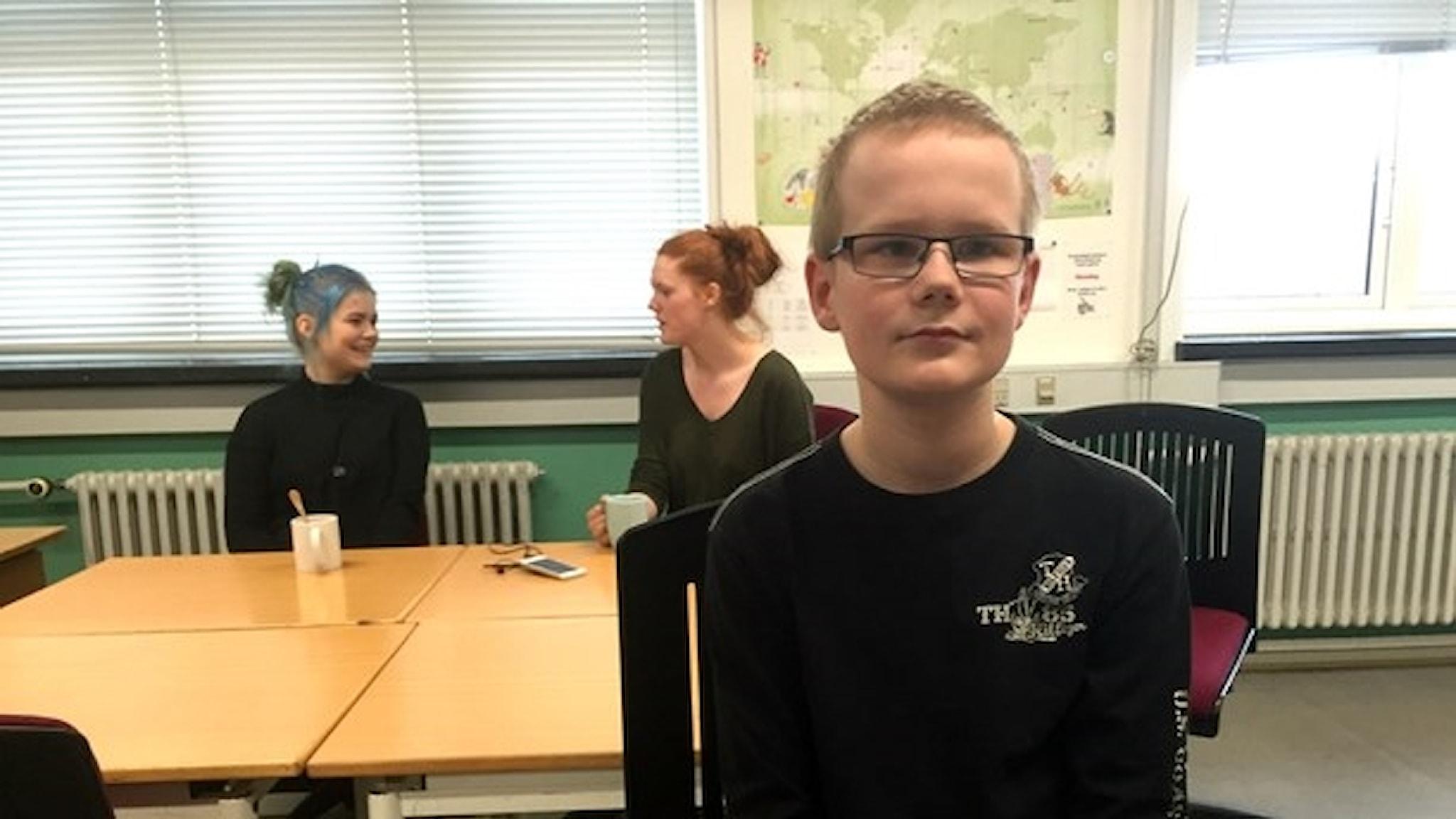 Efter att ha haft problem i den vanliga skolan har Kasper nu funnit sig till rätta på skolan Mentiqa i Danmark, en skola för barn med särskilt begåvning.