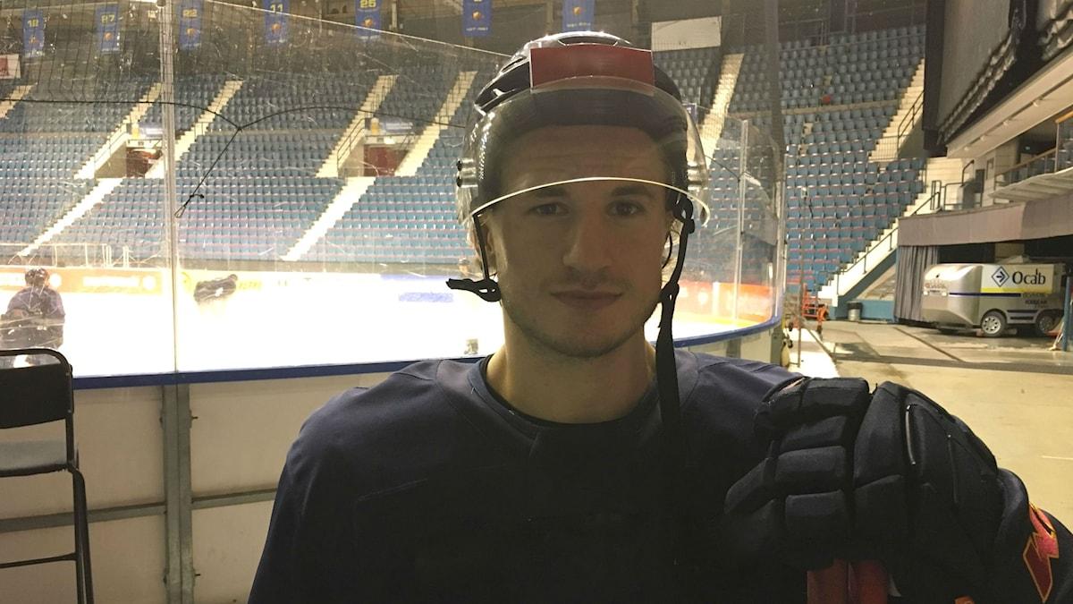 Hockeyspelare Jakob Lilja står framför rinken