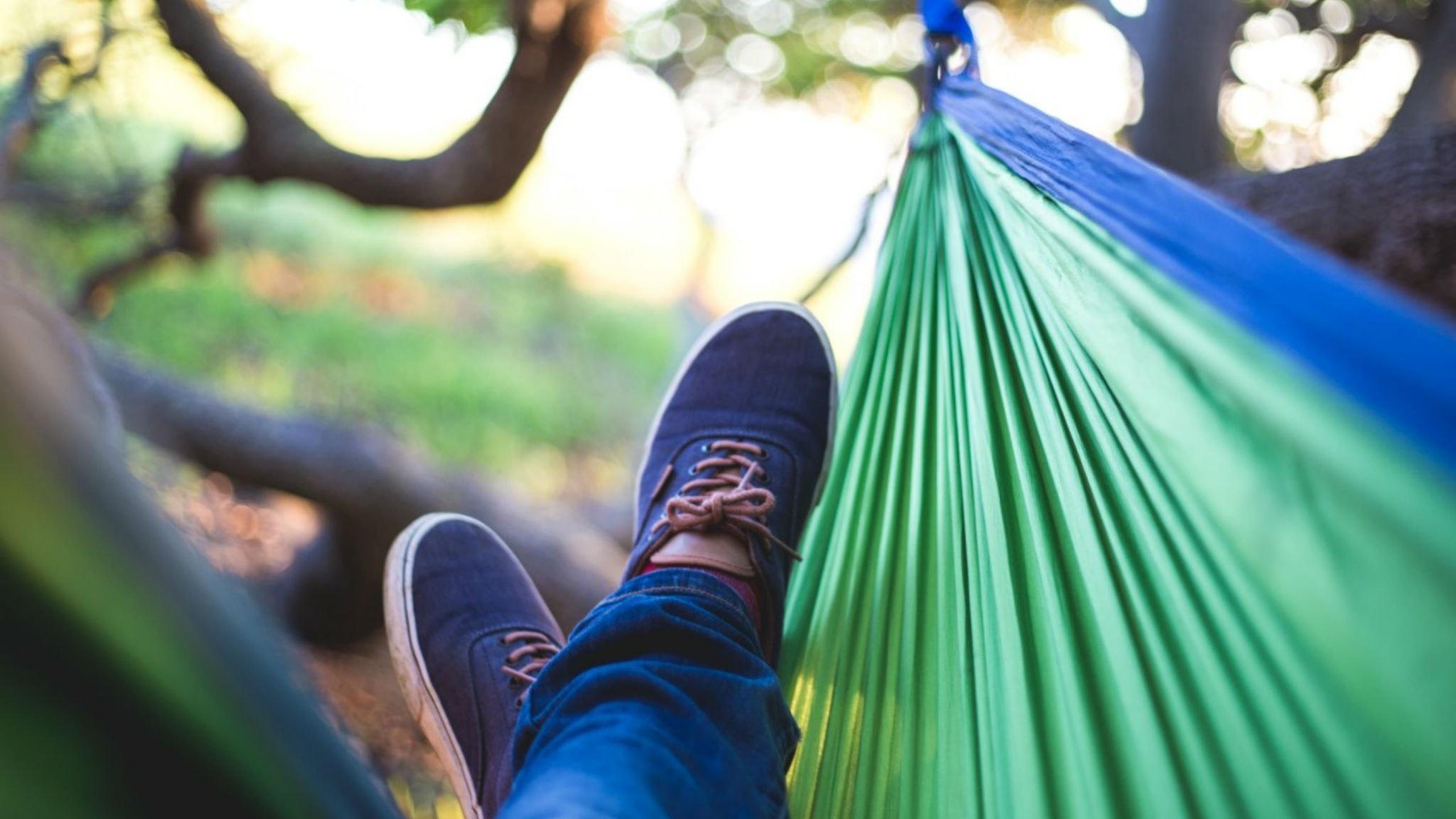 Fötter i hängmatta