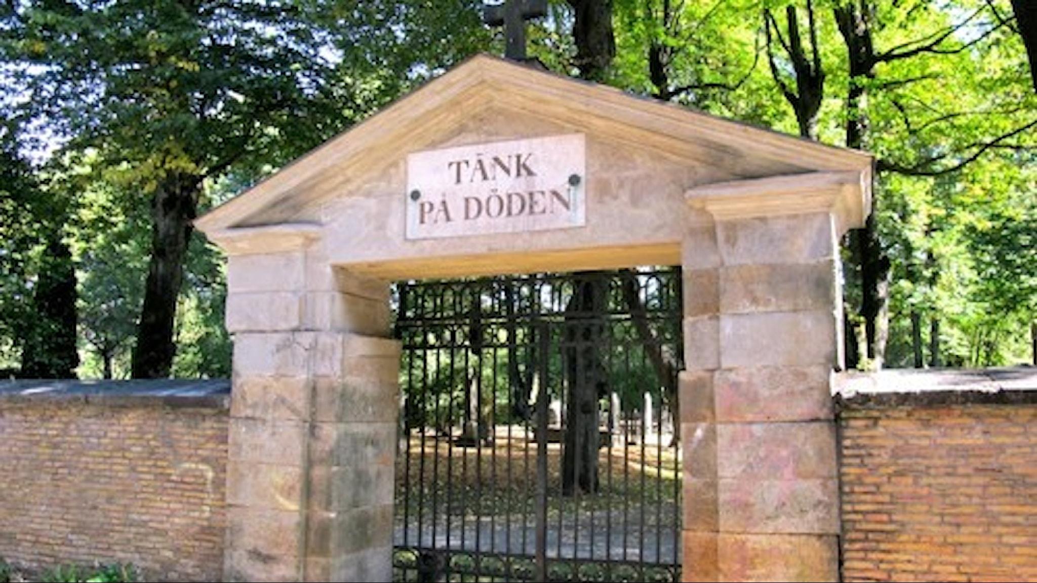 Tänk på döden, så lyder uppmaningen på portalen som leder till Stampens begravningsplats i Göteborg.