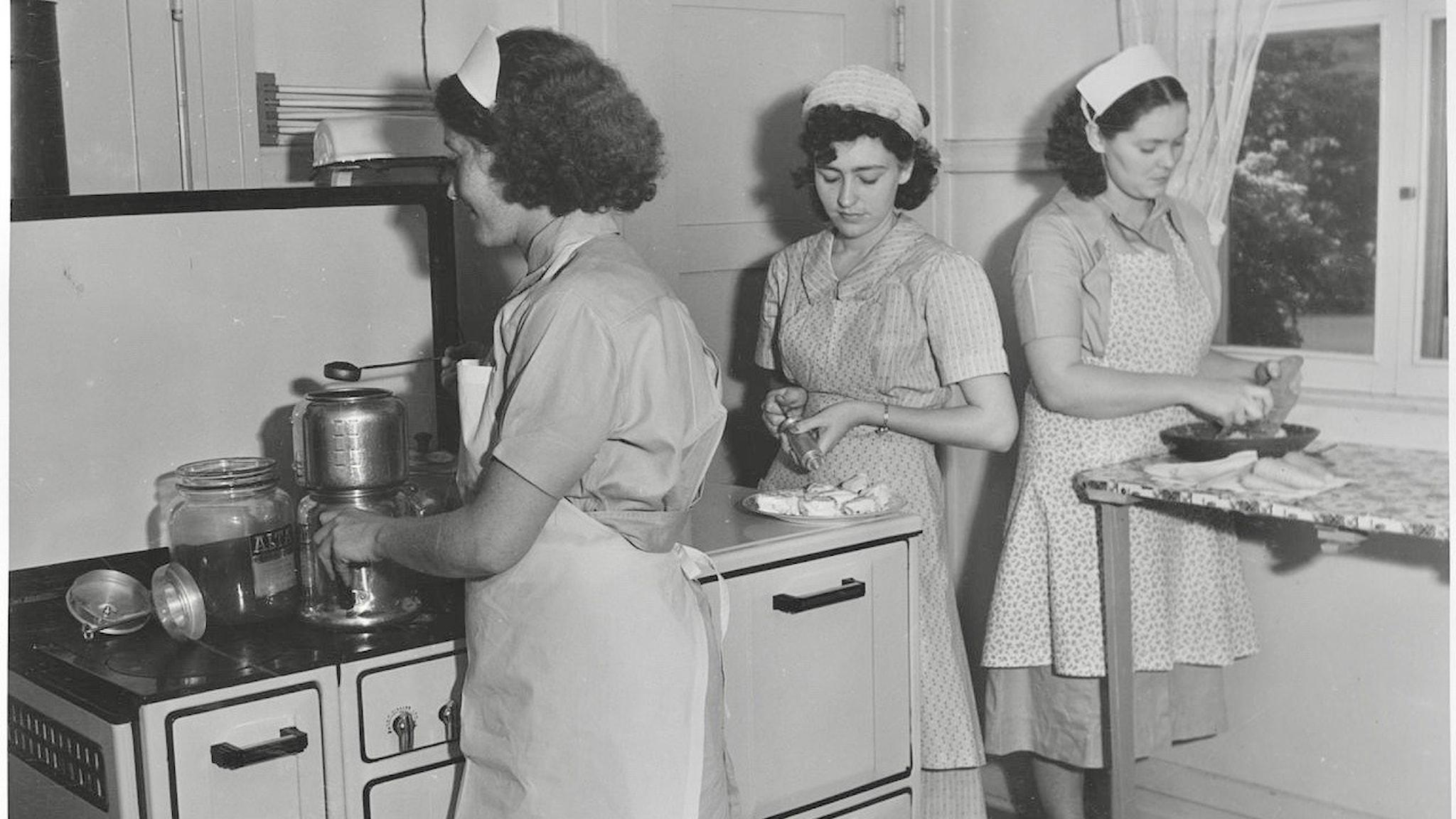 Kvinnor som lagar mat i ett kök