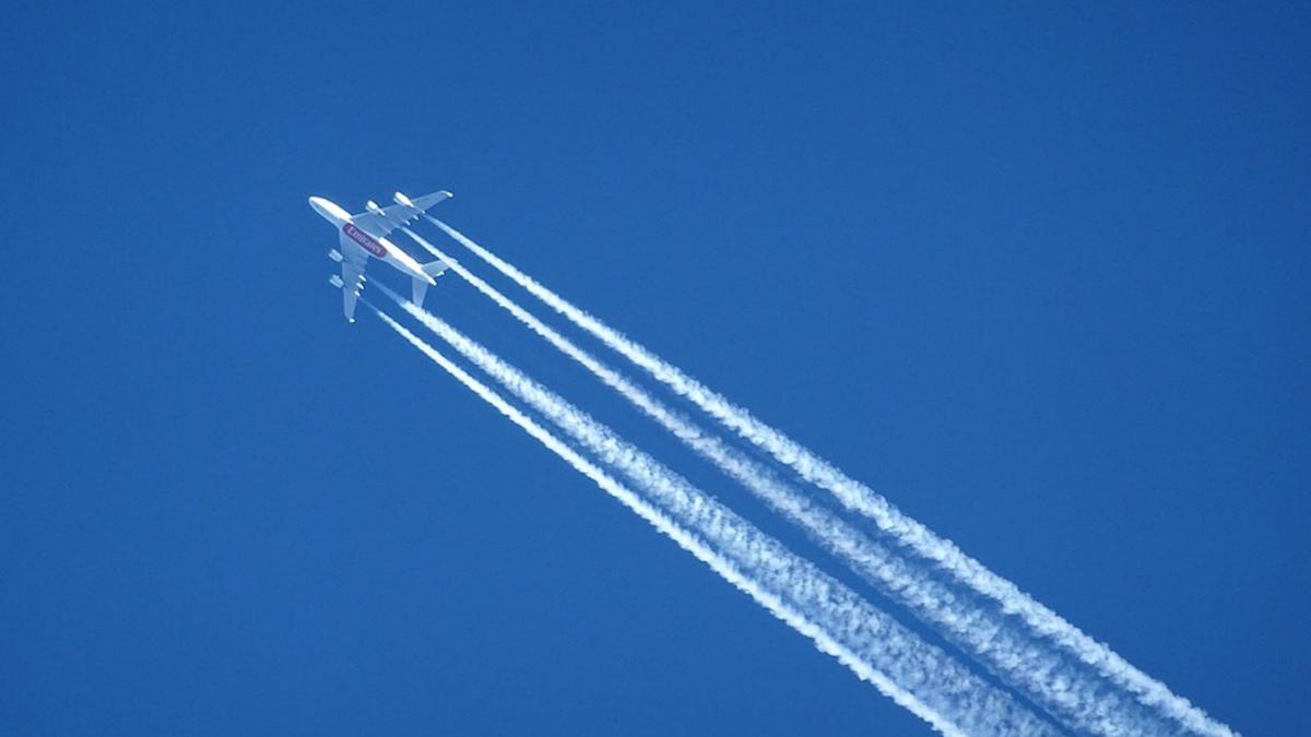 Flygplan med kondensstrimmor efter sig