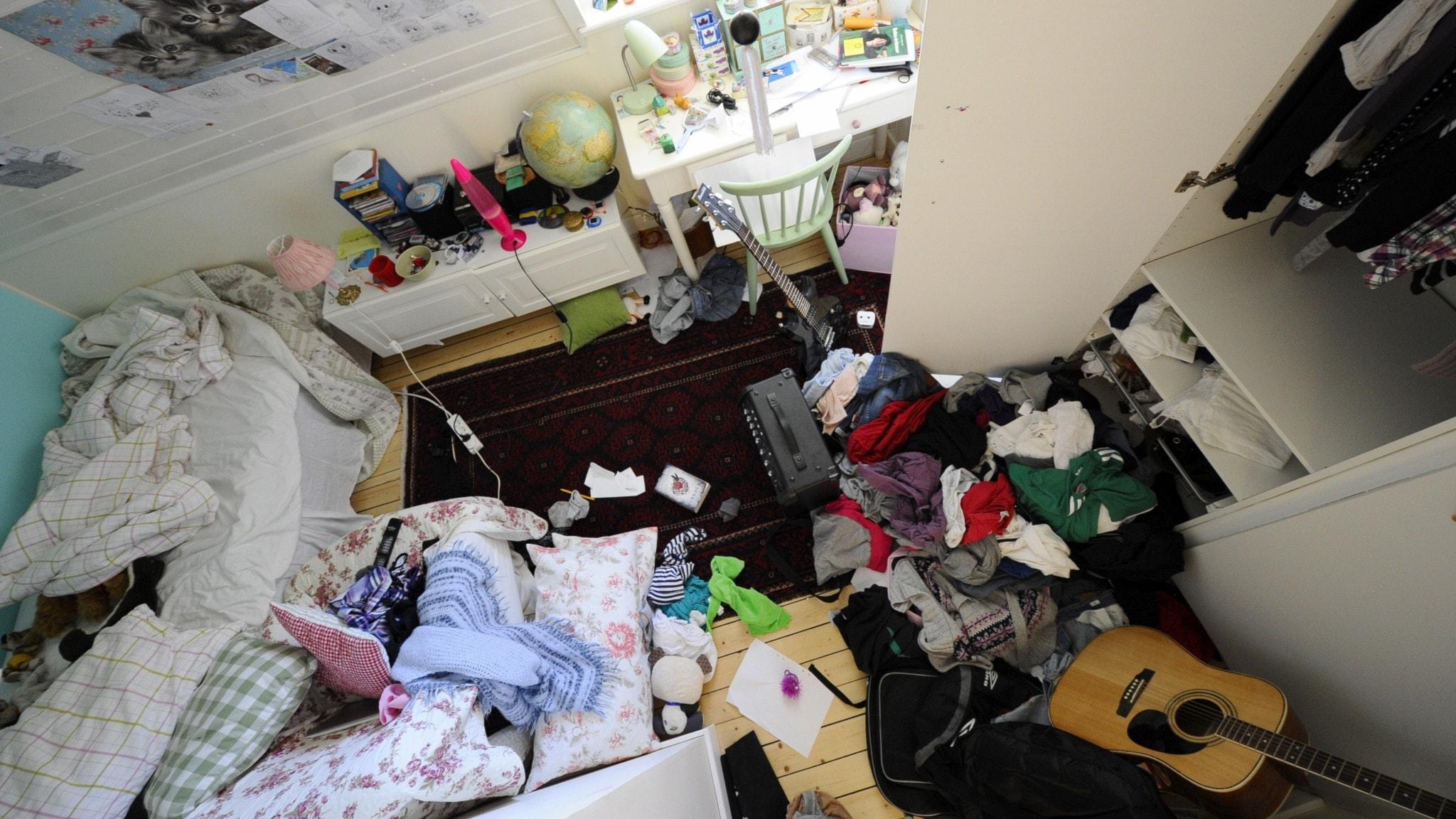 Ett stökigt tonårsrum.