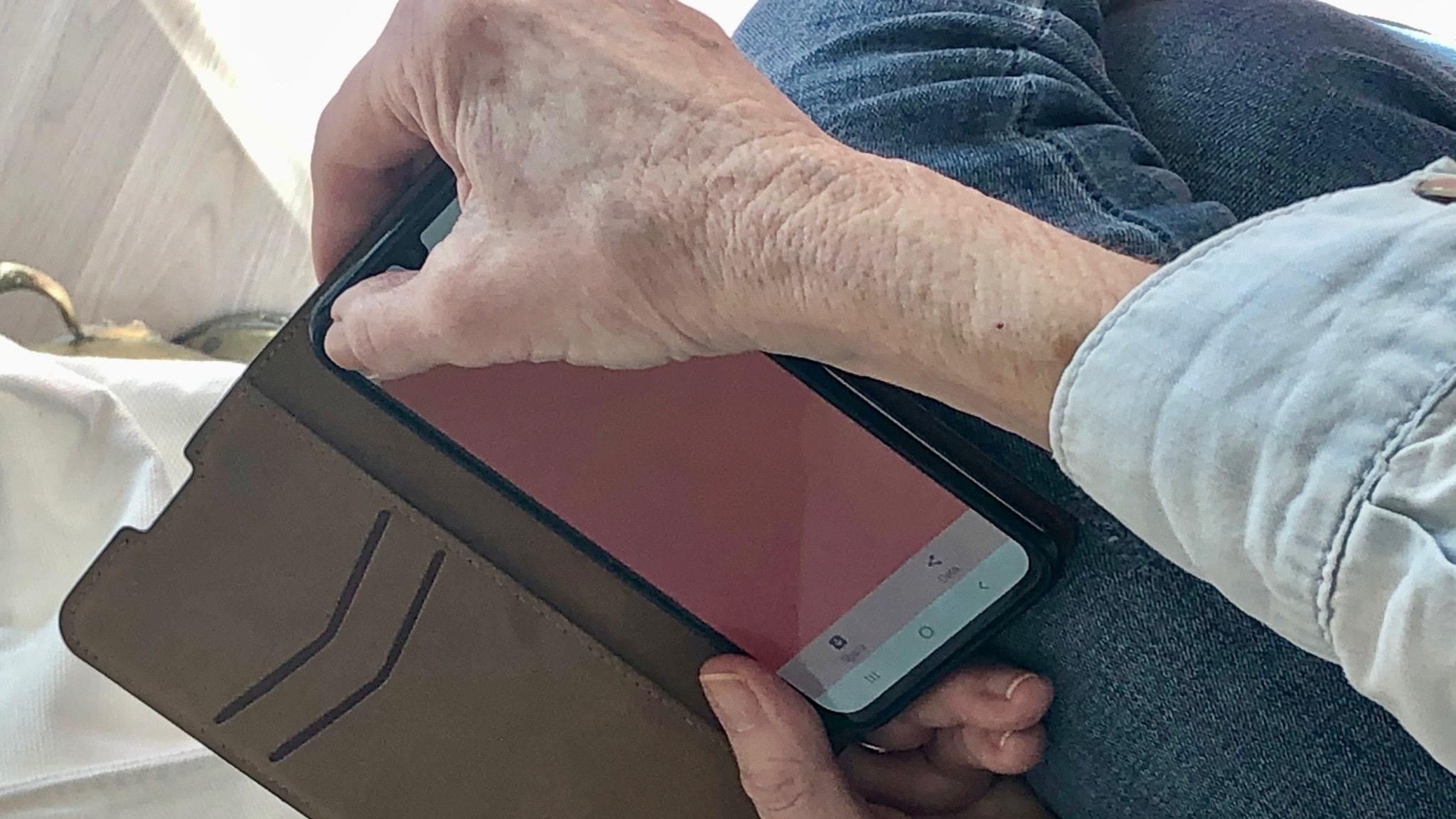 Händer som håller i en telefon