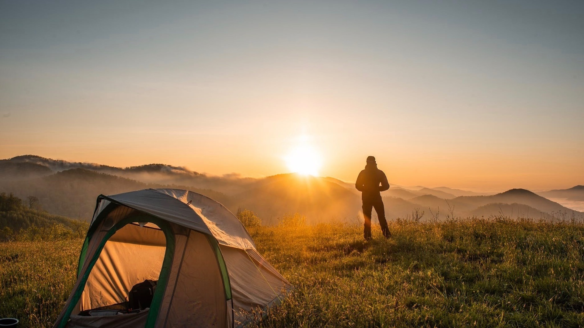Tält på berg i gryningen