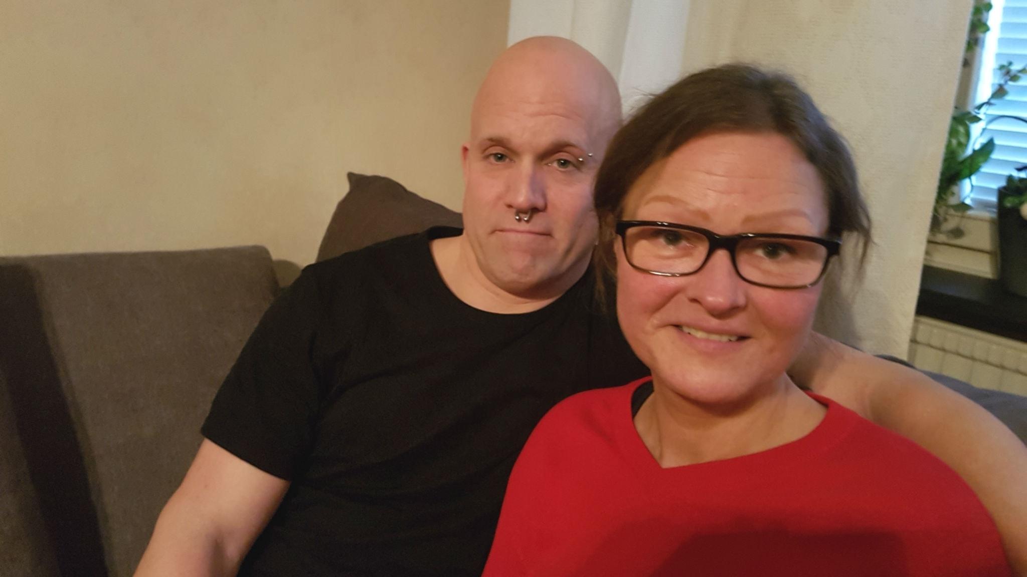 Carins som överlevt cancer sitter i en soffa tillsammans med sin sambo Stefan.